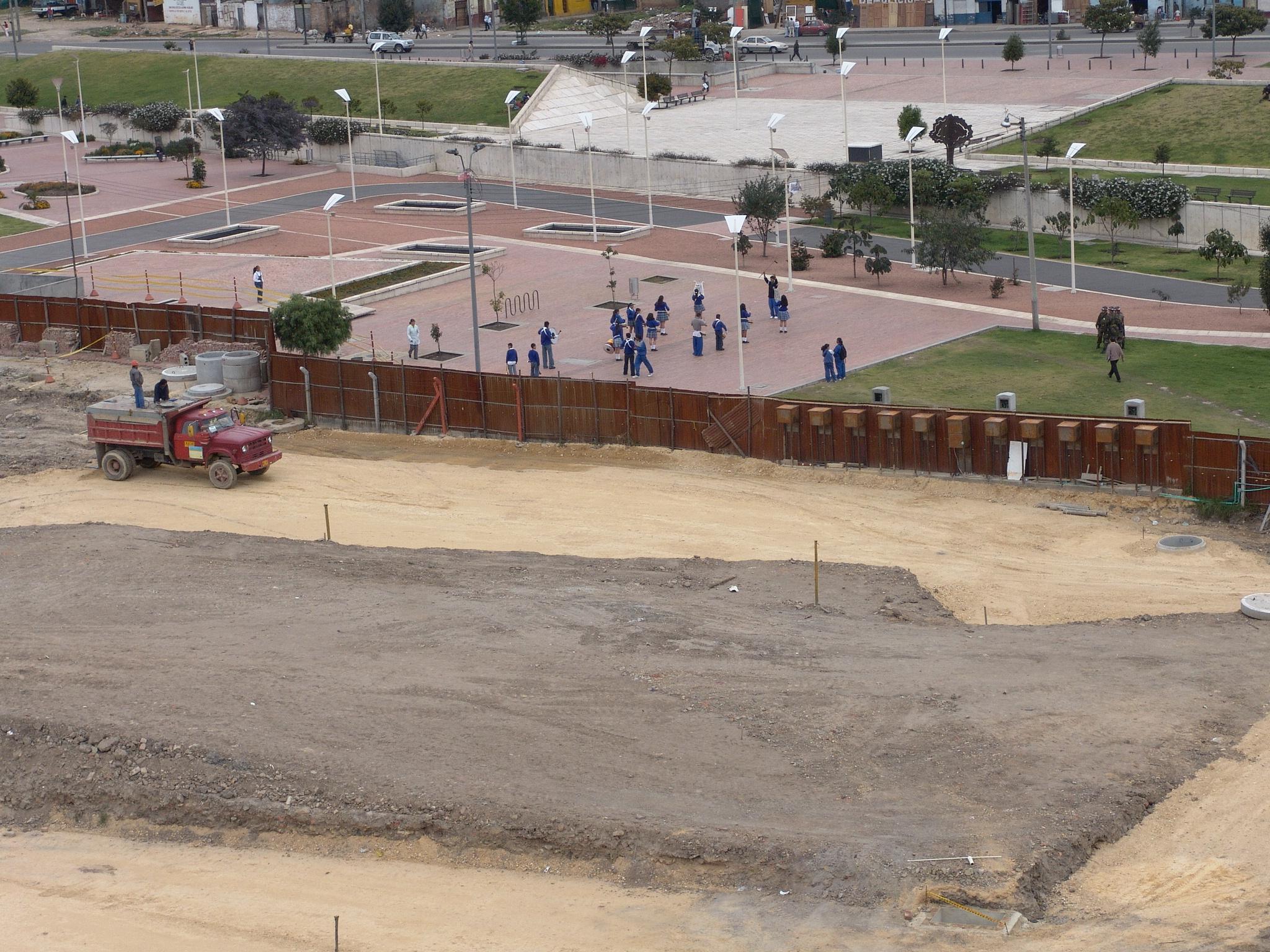[Image 6 - La limpieza de los establos de Augías, Museum of Modern Art/Tercer Milienio park, Bogota, 2004, photograph by Rolando Vargas © Mapa Teatro Archive]