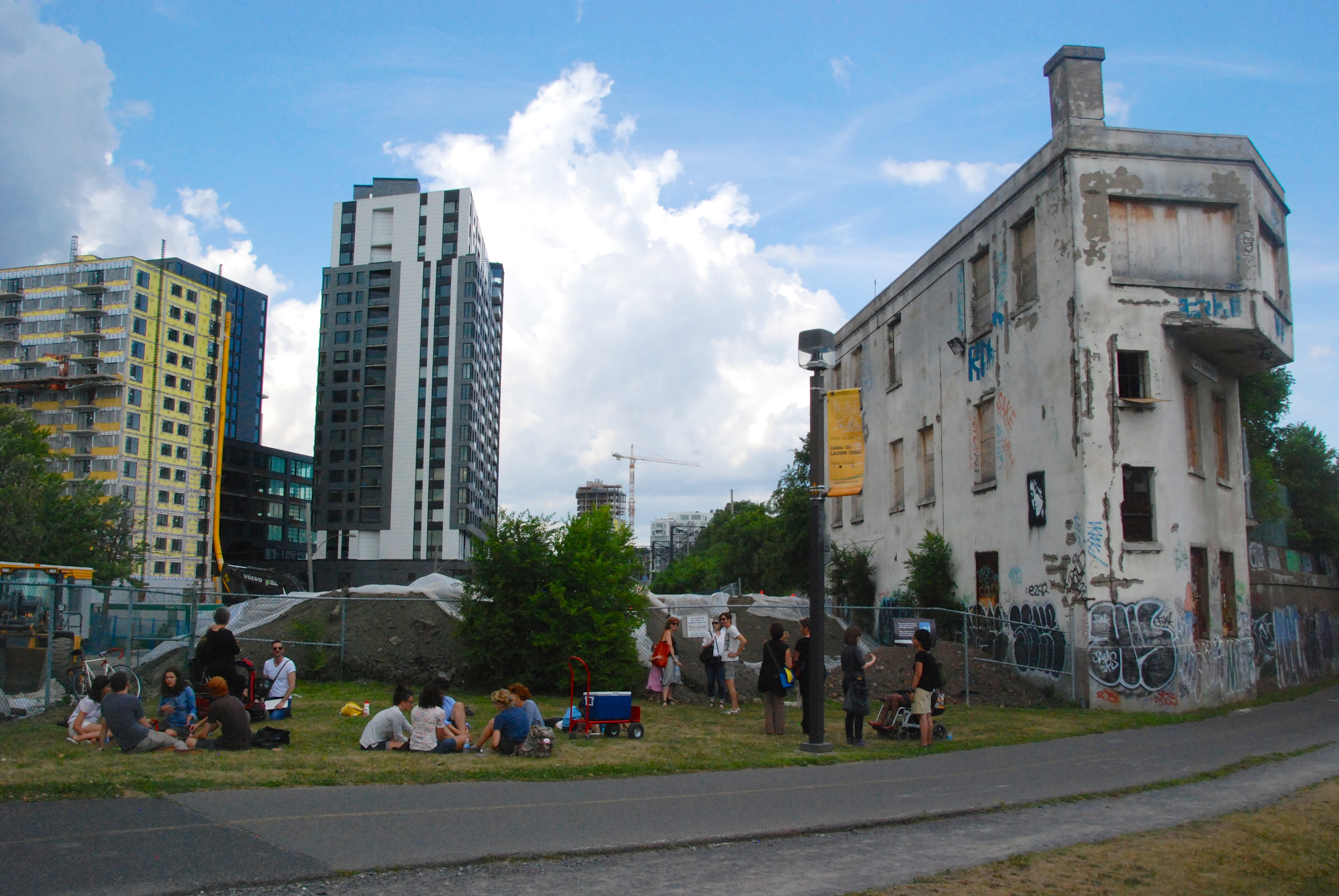[Image 12 - Points de vue's urban lab #2: Participants seated on the grass adjacent to the Wellington tower. Photo: C. Bédard]