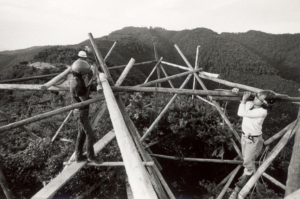 Figure 5 The Play members constructing Thunder, 1977 © The Play